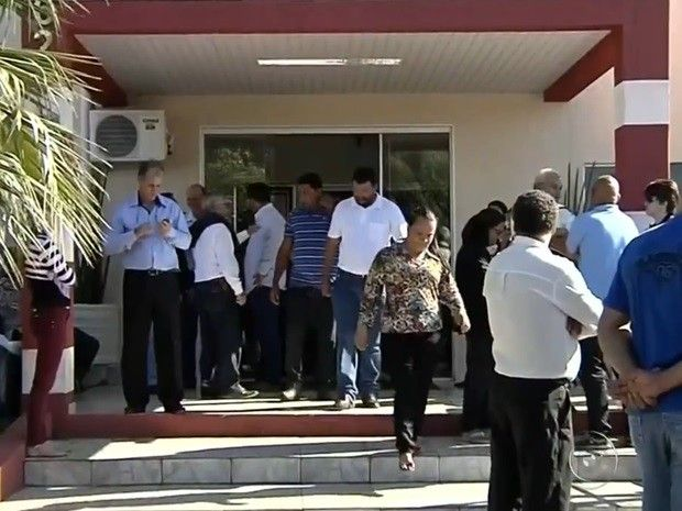 Amigos e familiares estiveram presente no velório do prefeito em Guaraçaí (Foto: Reprodução / TV TEM)