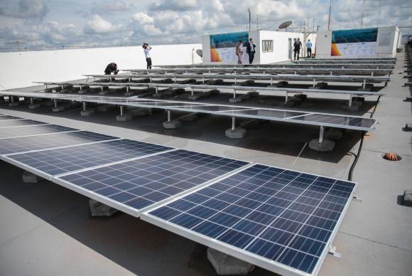 Em 2015, a Agência Nacional de Energia Elétrica (Aneel) estimava que até 2024 poderiam ser instalados até 620 mil painéis voltaicos em telhados residenciais.
