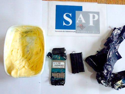 Pote de margarina, placa de telefone celular e bateria para o equipamento foram apreendidos. Foto: Divulgação