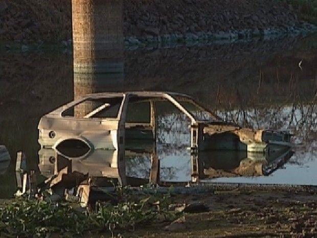 Em maio, polícia também encontrou um carro jogado em rio com a ajuda da seca (Foto: Reprodução/ TV TEM)