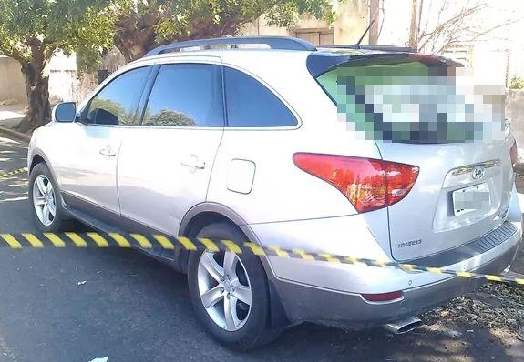 Carro foi encontrado em rua de Lavínia (Foto: Roni Willer/Paparazzi News/Reprodução TV Tem)