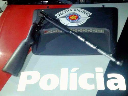 Espingarda utilizada pelo filho para ameaçar o próprio pai foi apreendida durante a ocorrência. Foto: Polícia Militar/Divulgação