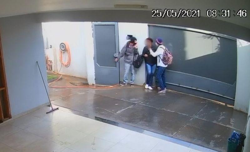 Dupla armada invade casa e rende moradores durante roubo em Andradina . Foto/Reprodução
