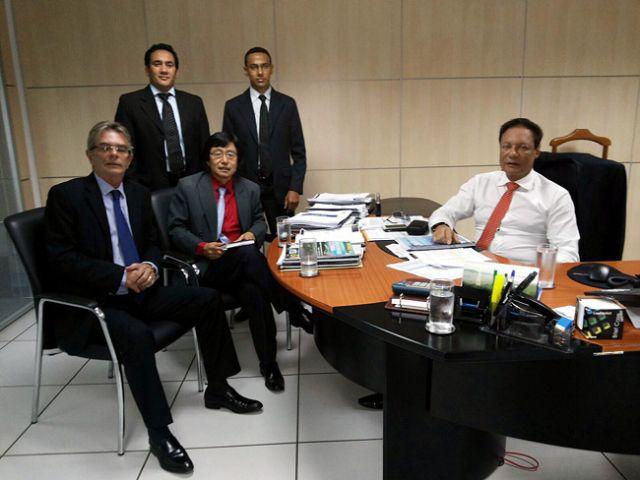 Jamil em Brasília com o diretor-presidente da Valec, Mario Rodrigues Junior, e o diretor de Planejamento, Paulo de Lanna Barroso Junior . Foto: Divulgação/Prefeitura