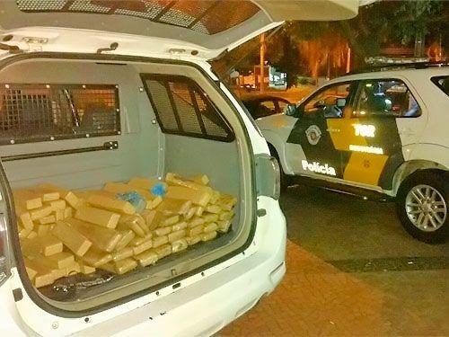 Tabletes estavam em dois pneus; motorista não informou para onde levaria o entorpecente. Foto: Polícia Rodoviária/Divulgação