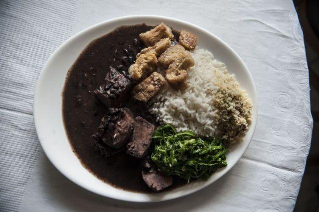 Se a porção de comida é excessiva, a recomendação é não comer tudo, dividir - Arquivo/Agência Brasil