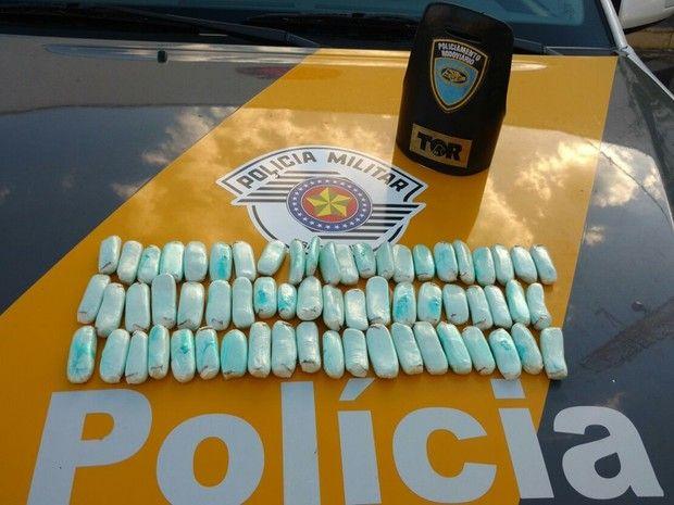 Cápsulas de cocaína estão avaliadas em R$ 20 mil, segundo os policiais (Foto: Divulgação/ Polícia Rodoviária)