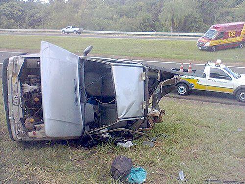 Picape fica destruída após bater em um caminhão e capotar em rodovia. Foto: Divulgação